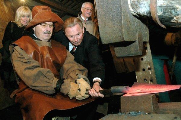 Pavol Paška kuje, Rudolf Schuster asistuje. Ilustračné foto - TASR