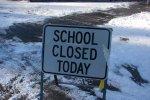 """obrázok: tabuľa s nápisiom """"school closed today"""", teda slovensky """"dnes je škola zavretá"""""""