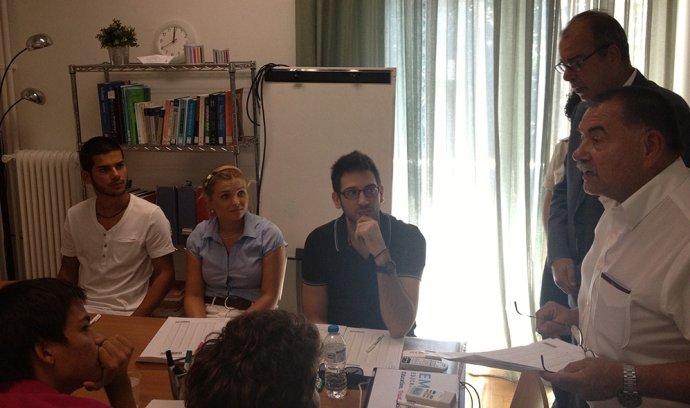 Dekan Labaš na prijímacích pohovoroch v Grécku. Fotografiu zverejnila sprostredkovateľská agentúra Emfasis.