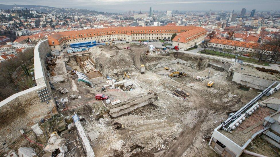 Stavenisko na severnej terase Bratislavského hradu. Tu budú aj podzemné garáže. Foto N - Tomáš Benedikovič