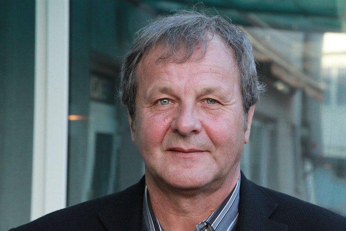 Ján Kozák (na fotografii Karola Sudora) sa narodil v roku 1954, vyrastal v Matejovciach nad Hornádom. Hral za Lokomotívu Košice, Duklu Praha a na sklonku kariéry za kluby RFC Bressoux a FC Bourges. V československej reprezentácii odohral 55 zápasov a dal deväť gólov. Získal bronz na majstrovstvách Európy v roku 1980, zúčastnil sa aj majstrovstiev sveta v roku 1982. V roku 1981 vyhral anketu Futbalista roka. Je úspešným trénerom, 1. FC Košice priviedol do hlavnej fázy Ligy majstrov, od roku 2005 trénoval MFK Košice. V roku 2013 sa stal trénerom slovenskej reprezentácie, ktorá doteraz vyhrala všetky kvalifikačné zápasy o postup na Majstrovstvá Európy 2016.