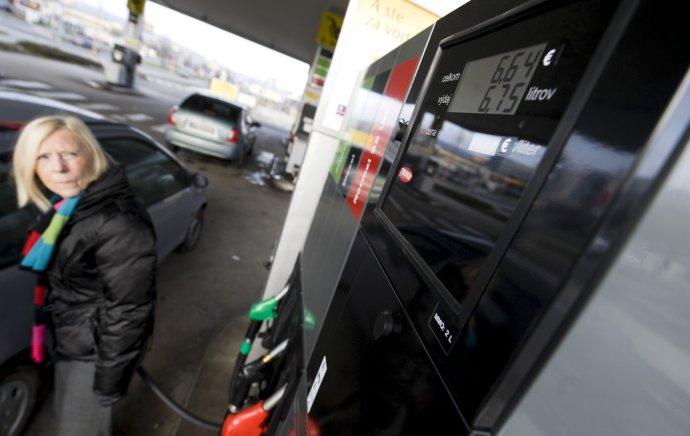 Na čerpacích staniciach platíme menej ako vlani. FOTO - TASR