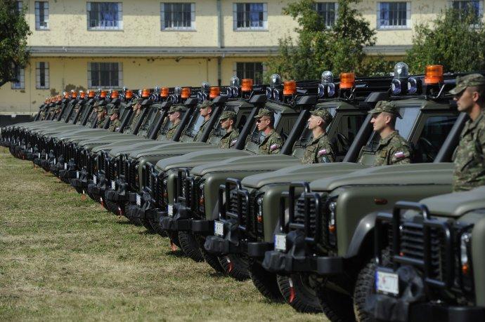 Vojaci už v roku 2012 dostali prvých sedemdesiat vozidiel Land Rover Defender 110. Glváč objednal ďalšiu várku. Foto - TASR