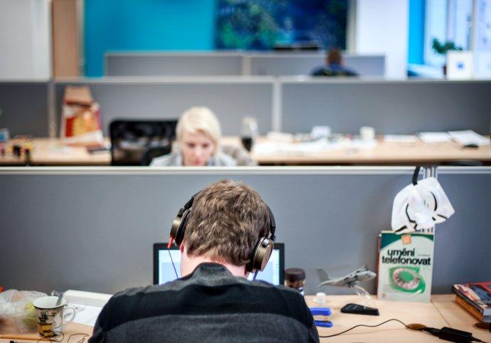 Slúchadlá sú to, čo vám na otvorenom pracovisku môže dať trochu súkromia. Foto - Tomáš Benedikovič