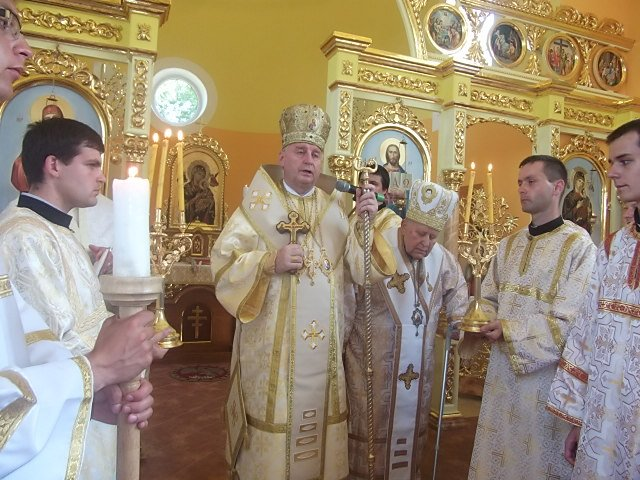 Arcibiskup Ján Babjak (v strede) hovorí o porušení práv veriacich. Foto - grkatpo.sk