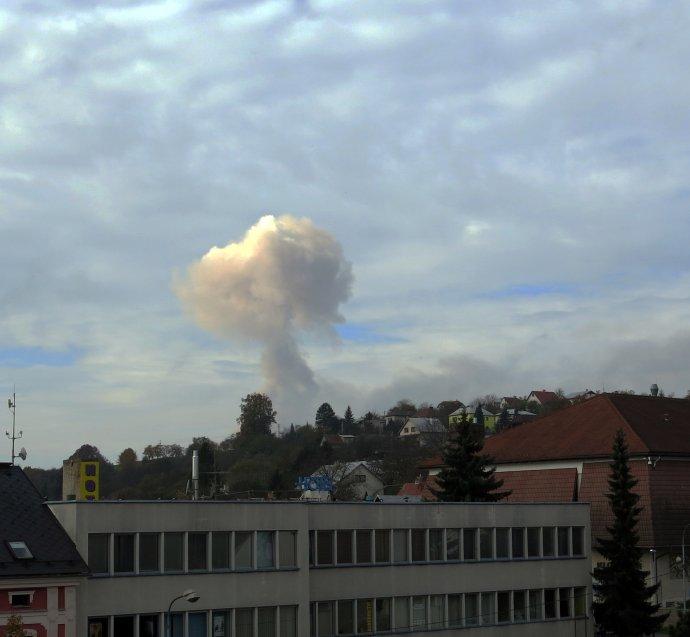 Výbuch skladu munície vo Vrběticiach bolo vidieť z niekoľkých kilometrov. Foto - TASR