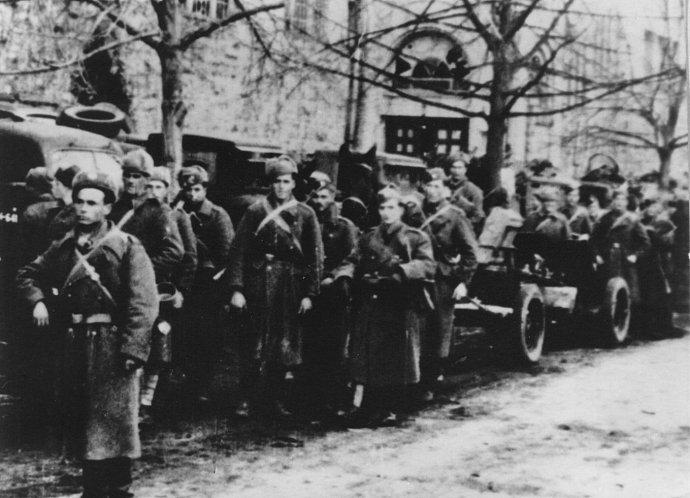 Armáda pochoduje oslobodeným Mikulášom. (Nízky vojak v strede otočený tvárou je Ján Iľanovský.)