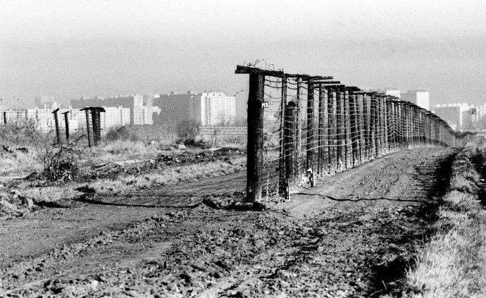 Hranica v bratislavskej Petržalke v roku 1989. Foto – TASR