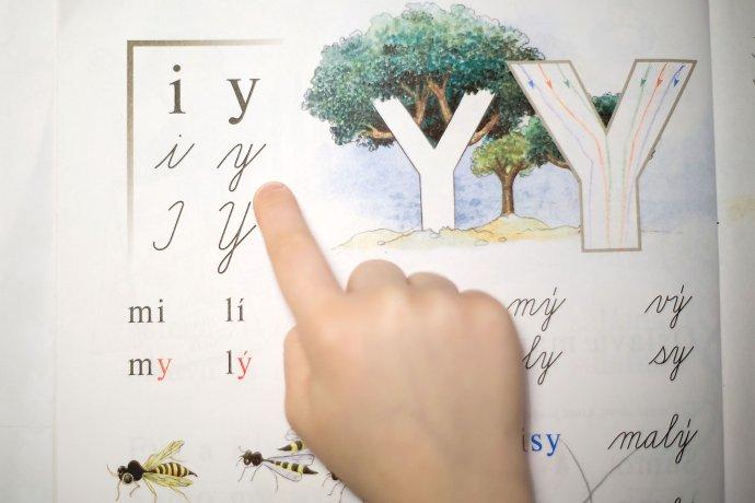 Jazykovedci hovoria, že dnes už je jednoduchšie sa poriadne naučiť gramatiku, než zrušiť ypsilon. Foto N – Vladimír Šimíček