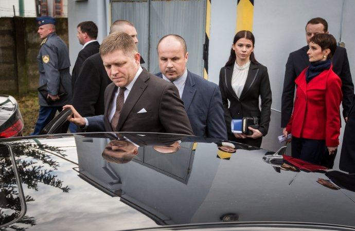 Fico a jeho asistentka Trošková pri návšteve vojenského podniku v Trenčíne v marci 2015. Foto N - Tomáš Benedikovič