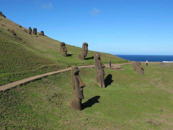 Sochy Moai na Veľkonočnom ostrove v Tichom oceáne. FOTO - TASR