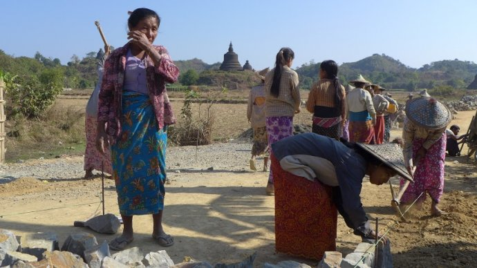 Cesty stavajú najmä ženy. FOTO - AUTORKA
