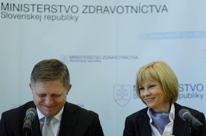 Jednu zdravotnú poisťovňu ohlásil premiér Fico s dnes už bývalou ministerkou Zuzanou Zvolenskou. Foto – TASR