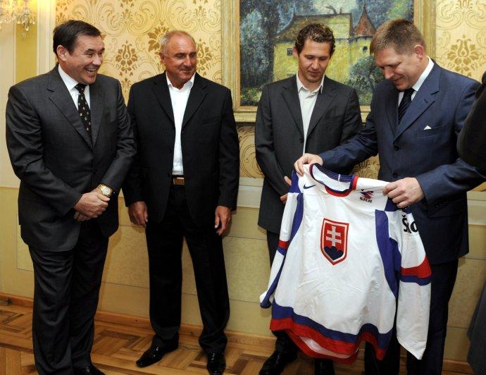 Robert Fico prijal v roku 2009 s hokejistami aj vtedajšieho šéfa hokejového zväzu Juraja Širokého. Foto - TASR