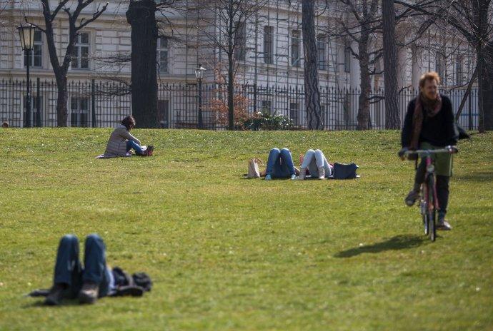 Študenti v parku. foto N - Tomáš Benedikovič