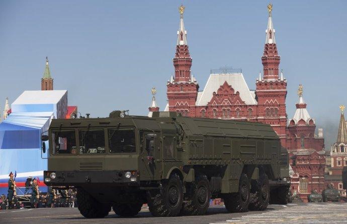 Raketový systém Iskander počas prehliadky v Moskve. Foto – TASR/AP