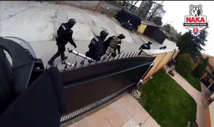 Záber z policajného videa zásahu kukláčov. Reprofoto - Denník N