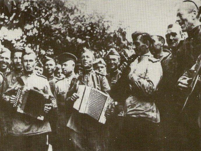 Sovietski vojaci v oslobodenej Bratislave. Foto - Klub vojenskej histórie Beskydy