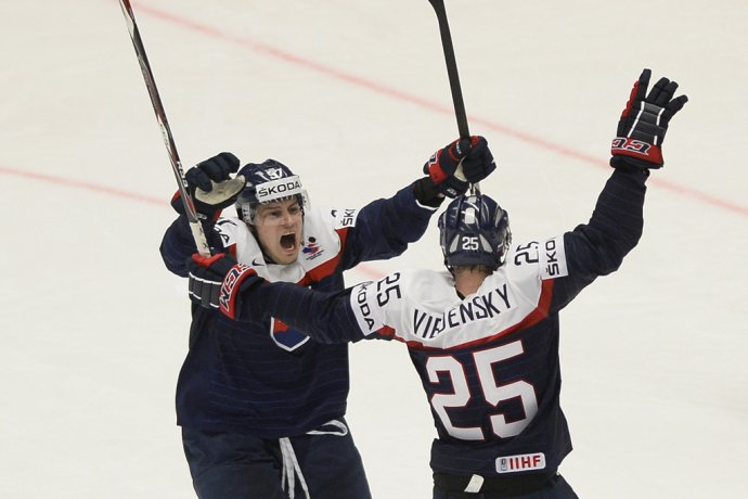 Marek Viedenský a Patrik Lušňák sa tešia z gólu v zápase proti Dánsku. Foto TASR - Michal Svítok