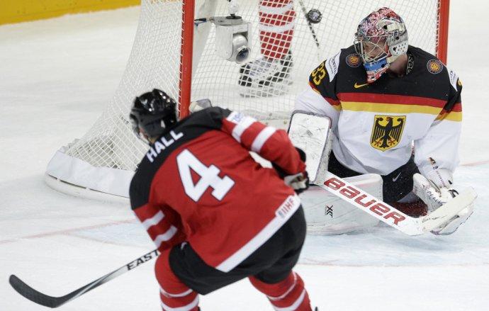 Taylor Hall dáva svoj tretí gól proti Nemecku. (AP Photo/Petr David Josek)