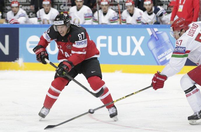 Sidney Crosby v súboji o puk s Usenkom. Foto - AP