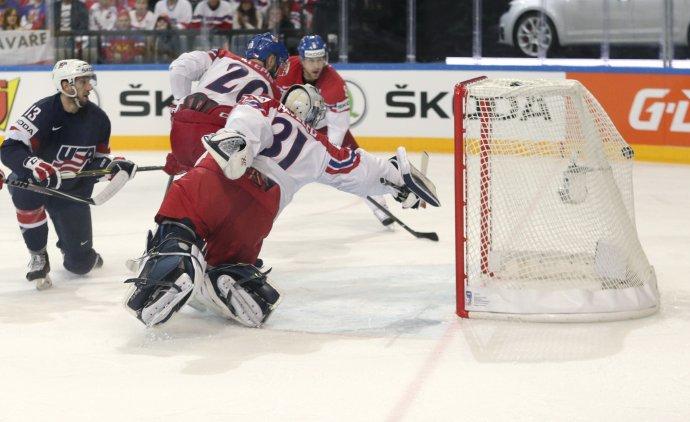 Brankár Pavelec nemohol dočiahnuť na strelu Bonina, ktorou americký útočník otvoril skóre duelu o bronz. Foto - AP