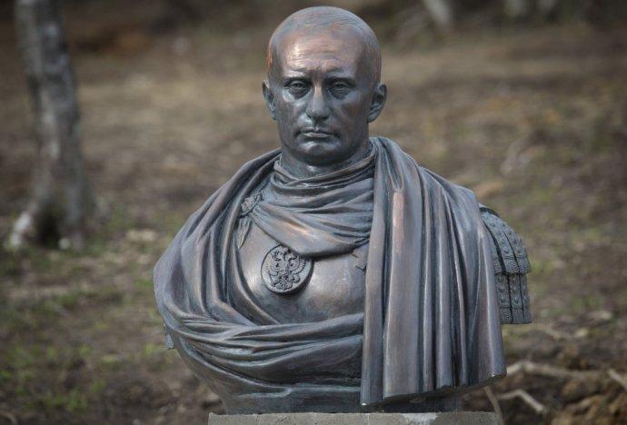 Busta veľkého dobyvateľa Putina v rímskom imperiálnom štýle. Foto – AP