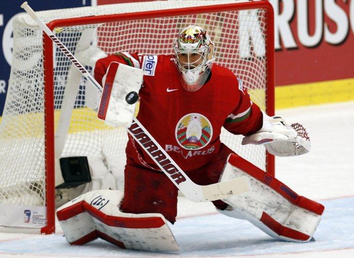 Bieloruský brankár Kevin Lalande vyráža puk v zápase proti Slovinsku, (AP Photo/Sergei Grits)