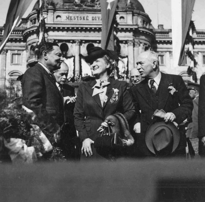 Zdeněk Fierlinger, Hana Benešová a Edvard Beneš na oslavách konca vojny v Bratislave. Foto – TASR
