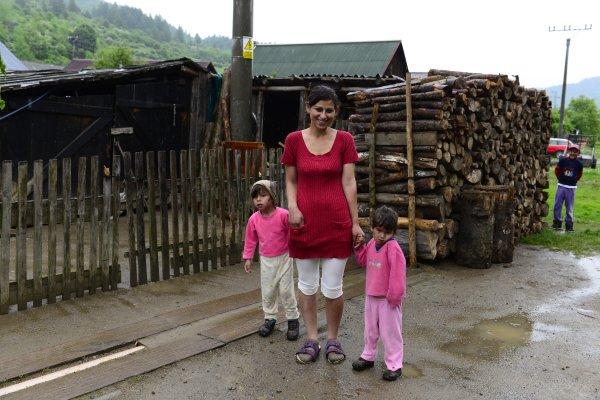 Nový stavebný zákon chce riešiť aj čierne stavby v rómskych osadách, najmä však nelegálne honosné sídla. Foto - Tasr