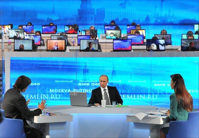 Takto to chodí v ruskej televízii Kanál 1. Hlavnou hviezdou je prezident Vladimir Putin. Foto - TASR/AP