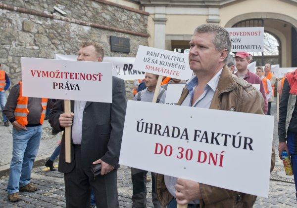 Protesty poškodených stavbárov počas reštrukturalizácie Váhostavu. Archívne foto - TASR
