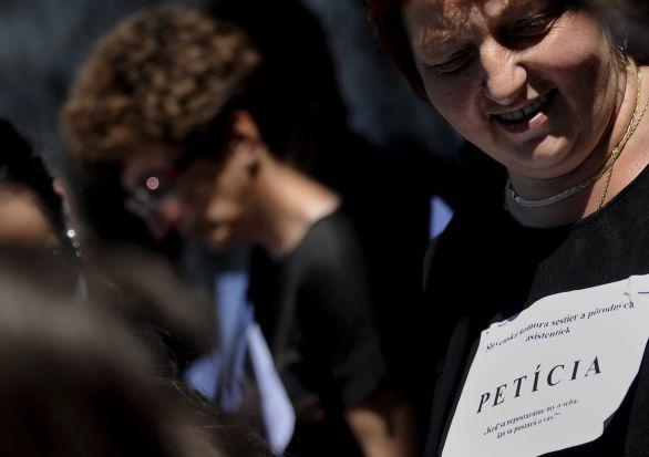 Zdravotné sestry v roku 2011 protestovali s čiernymi tričkami pred  parlamentom. Zvýšenie ich platov v 7a519a727b2