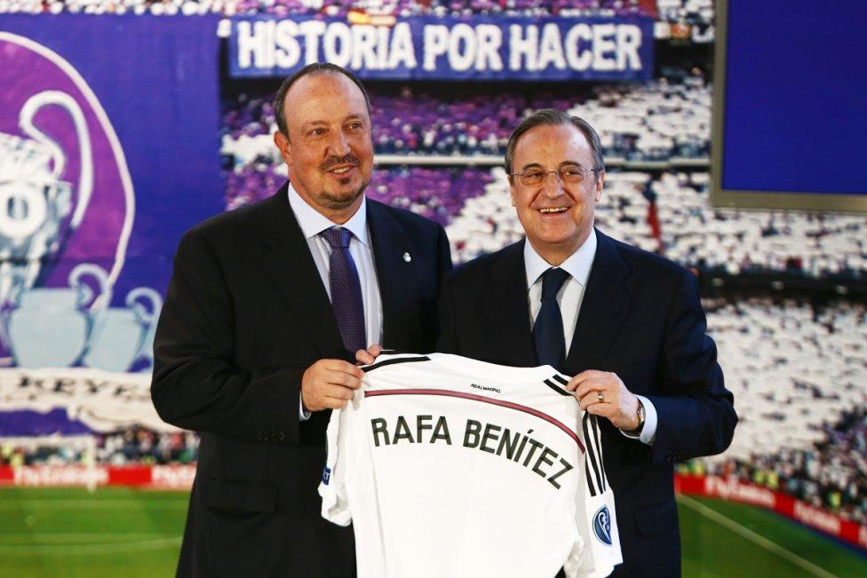 Florentino Pérez (vpravo) pri podpise zmluvy s Rafaelom Benitezom v roku 2015. Foto - TASR/AP