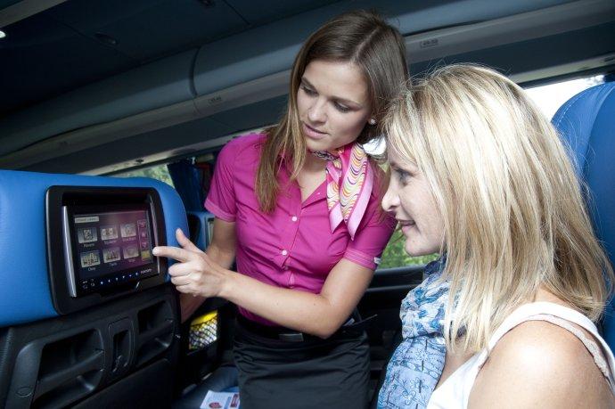 Stevardky v autobusoch RegioJetu okrem iného kontrolujú, či sú pasažieri pripútaní. Podľa inšpektorov práce by sa mali samy pripútať. Foto – RegioJet