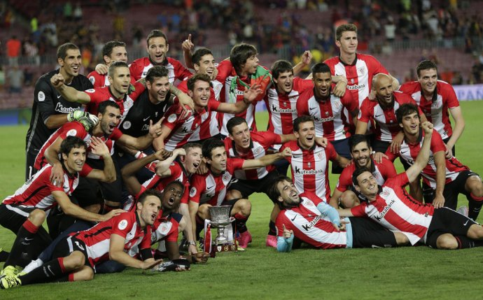 Futbalisti Athletica Bilbao sa tešia zo zisku španielskeho Superpohára. Foto - AP