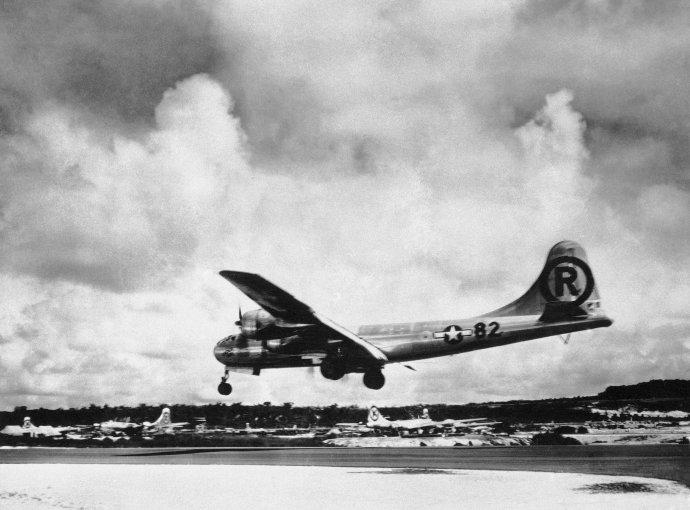 Bombardér B-29 pomenovaný Enola Gay sa 6. augusta 1945 vracia na základňu po nálete na Hirošimu. Foto - TASR/AP