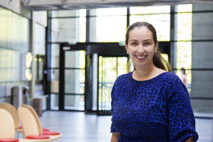 MAGDALÉNA HARAKAĽOVÁ (na fotografii zo svojho archívu) sa narodila v roku 1984 v Humennom, vyštudovala Lekársku fakultu UPJŠ v Košiciach, bola študentskou osobnosťou roka a získala cenu prezidenta Slovenskej republiky. Hneď po škole odišla do zahraničia, doktorát si urobila na University Medical Center Utrecht v Holandsku. Pracuje ako vedkyňa – kardiovaskulárna genetička na tamojšom ústave genetiky, vyučuje kardiológiu na tamojšej lekárskej fakulte. Publikovala v popredných vedeckých časopisoch ako Nature Genetics alebo New England Journal of Medicine. Holandská genetická asociácia jej udelila cenu Mladý genetik roka. Je vydatá, má jedno dieťa, medzi jej hobby patrí záhrada.