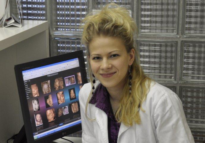 Lenka Reismüllerová (30) študovala na Lekárskej fakulte Univerzity Komenského v Bratislave. Od roku 2009 pracuje na II. gynekologicko-pôrodníckej klinike v Bratislave. Od roku 2011 pracuje ako lekár v Centre asistovanej reprodukcie Iscare. V roku 2013 ukončila na Fakulte verejného zdravotníctva na Slovenskej zdravotníckej univerzite štúdium v odbore Master of Public Health. Tento rok získala atestáciu v odbore gynekológia a pôrodníctvo. V súčasnosti sa venuje aj pedagogickej a vedeckej činnosti so zameraním na liečbu neplodnosti.