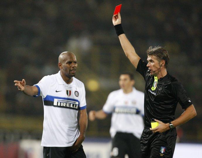 V talianskej Serii B budú mať rozhodcovia vo vrecku pomyselný semafor - červenú, žltú a zelenú kartu. Foto - AP