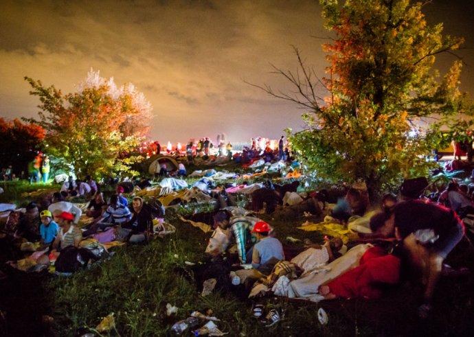 Takto to na lúke pri diaľnici vyzeralo v noci. Ľudia využili všetky veci, ktoré mali pri sebe. Foto N - Tomáš Benedikovič