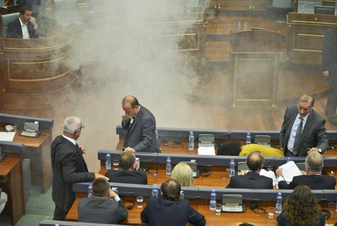 Útok slzným plynom v kosovskom parlamente. FOTO - TASR/AP