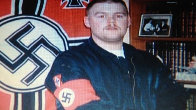 Tom Olsen na archívnej fotke v čase, keď sa hlásil k neonacistom. Dnes má 40 rokov a na konferencii slovenskej neziskovky PDCS v Bratislave hovoril o tom, ako pomáhať mladým radikálom. Foto - Archív Toma Olsena