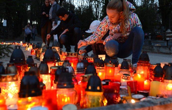 Ľudia si uctievajú Pamiatku zosnulých v predvečer Sviatku všetkých svätých na Verejnom cintoríne v Košciach 31. októbra 2013. FOTO TASR František Iván