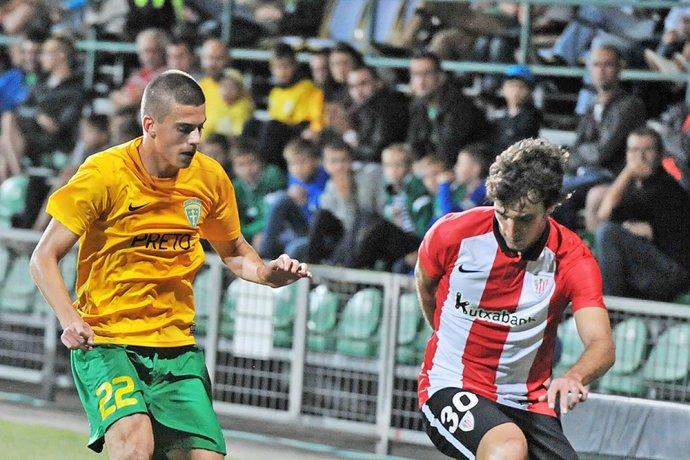 László Bénes v zápase proti španielskemu Bilbau. Foto - TASR