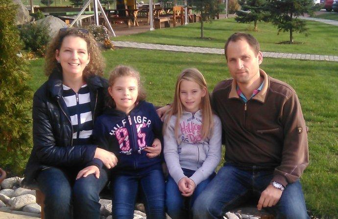 Ela so sestrou a rodičmi. Foto - archív rodiny