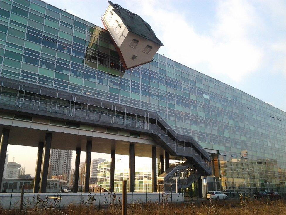 Erwin Wurm – House Attack (2008) na administratívnej budove v bratislavskom Ružinove.