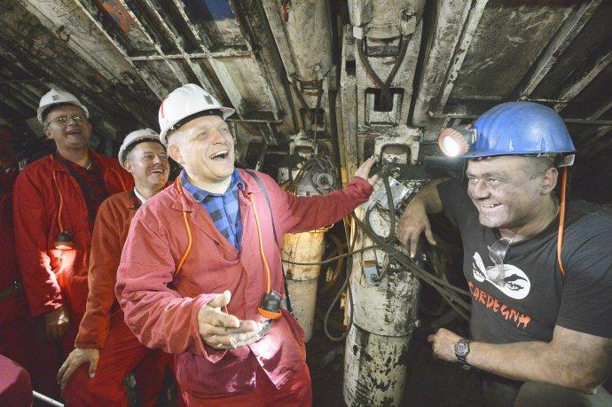 Robert Fico na návšteve Hornonitrianskych baní. Predtým im potichu sľúbil príspevky na ďalších 14 rokov, je to asi miliarda eur. Foto – TASR