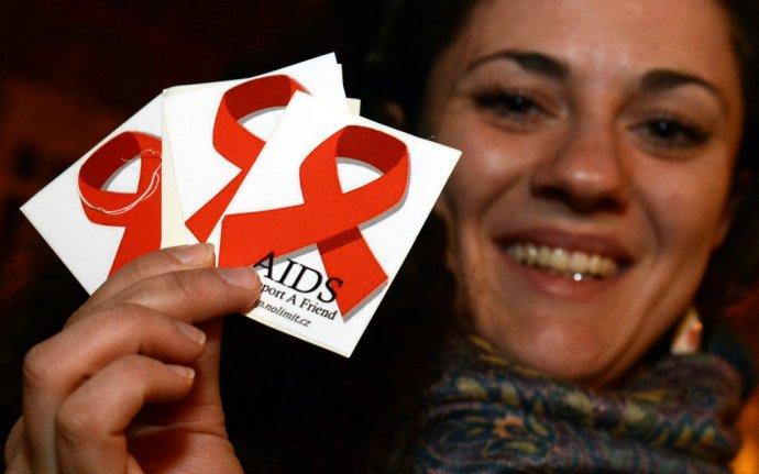 Červená stužka je symbolom solidarity s ľuďmi nakazenými HIV alebo postihnutými chorobou AIDS. Foto - TASR