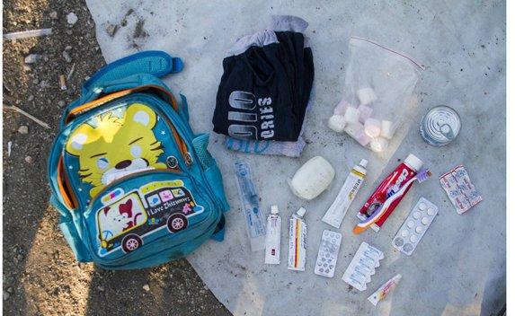 Batoh 6-ročného Omrana zo Sýrie. Čo by ste si na útek zbalili vy? Foto – archív školy Narnia